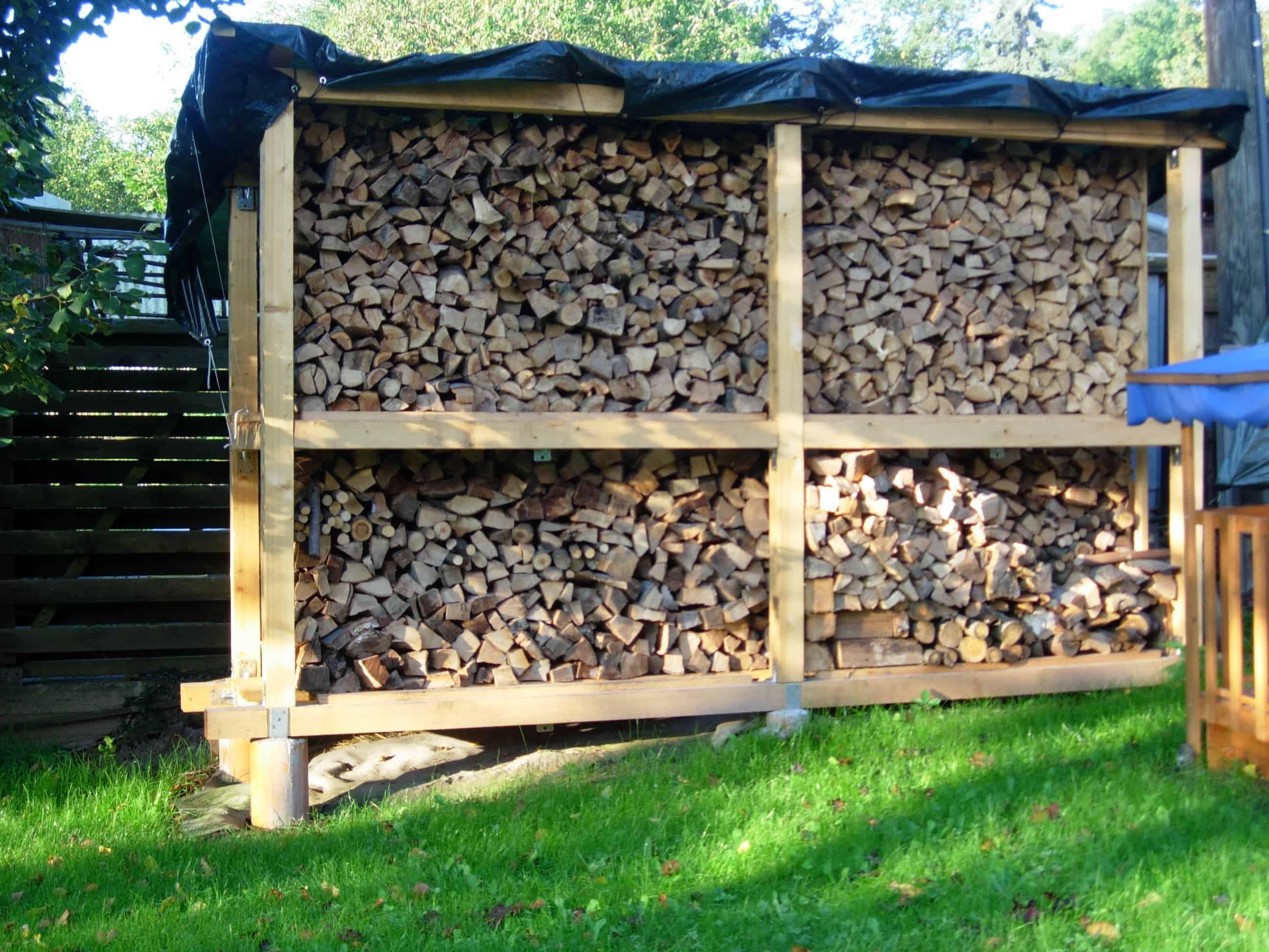 bau des brennholz lagerregales im garten commaik. Black Bedroom Furniture Sets. Home Design Ideas